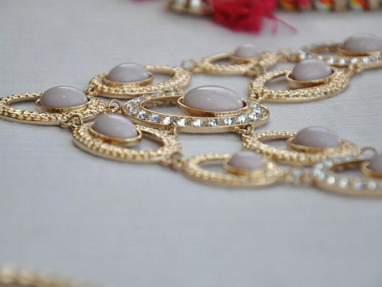 Elengedhetetlen viseletnek számít az arany nyakék