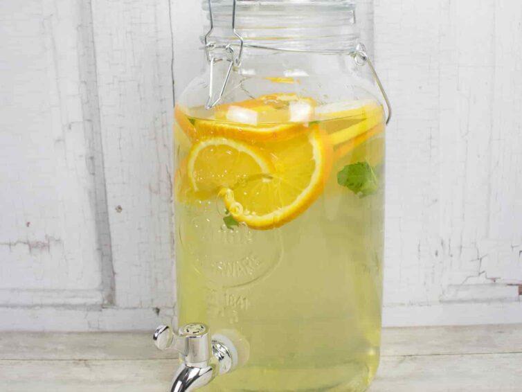 A nyári összejövetelek kelléke a limonádés üveg
